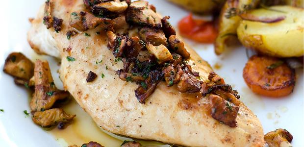 Hühnerbrüste mit gebratenen Eierschwammerln und Ofengemüse