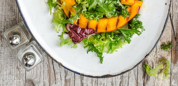Schnell gekocht: Salat mit gegrillten Kürbisspalten